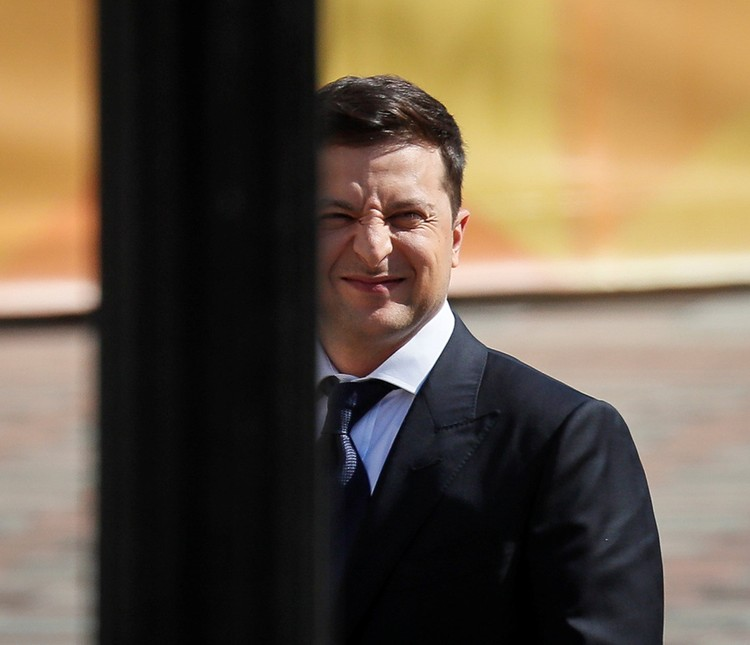 Зеленский отмолчался по принятому Порошенко закону об украинском языке