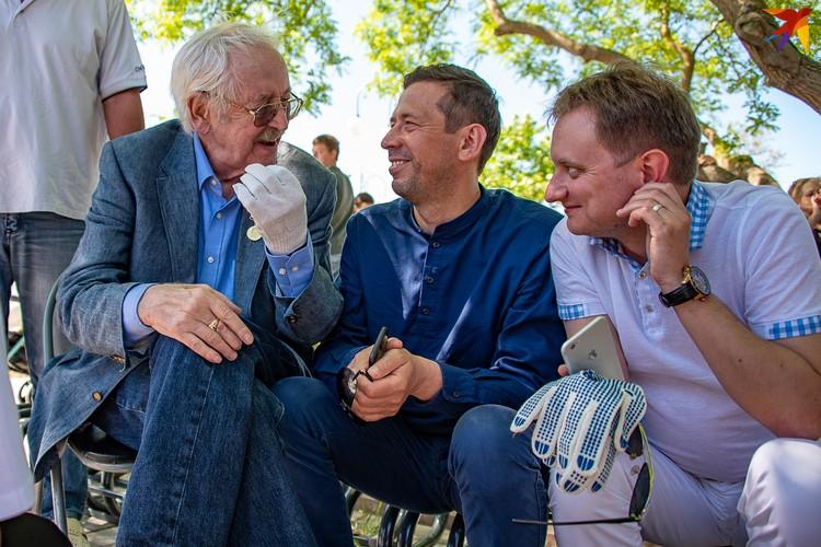 Василий Ливанов и Андрей Мерзликин решили переждать жару под тенью деревьев