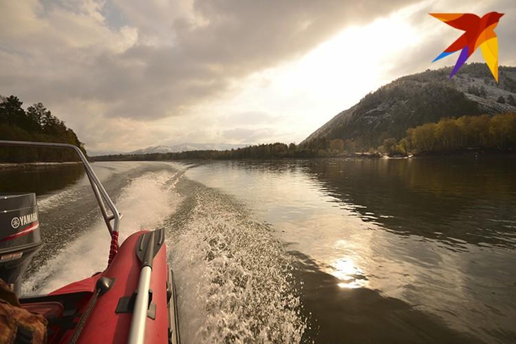 Из Абазы инспекторы отправлялись на лодках по реке Абакан на осмотр той части заповедника, где находится заимка. Фото: Даниил БАРАШКОВ