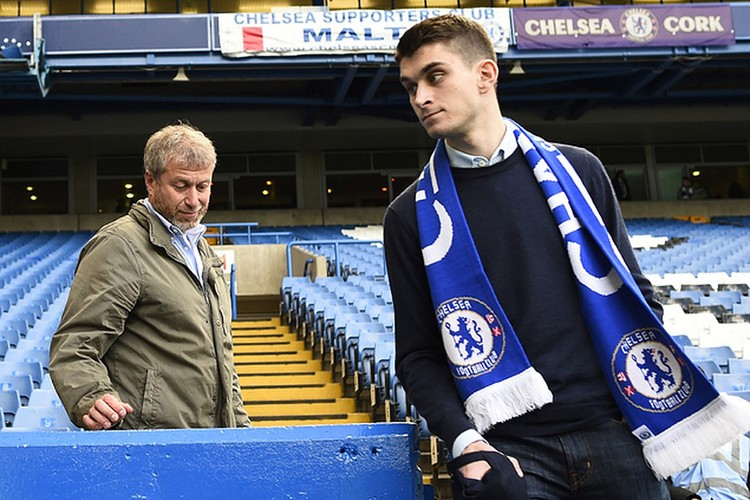 """Роман Абрамович с сыном в 2015 году на стадионе """"Челси""""."""