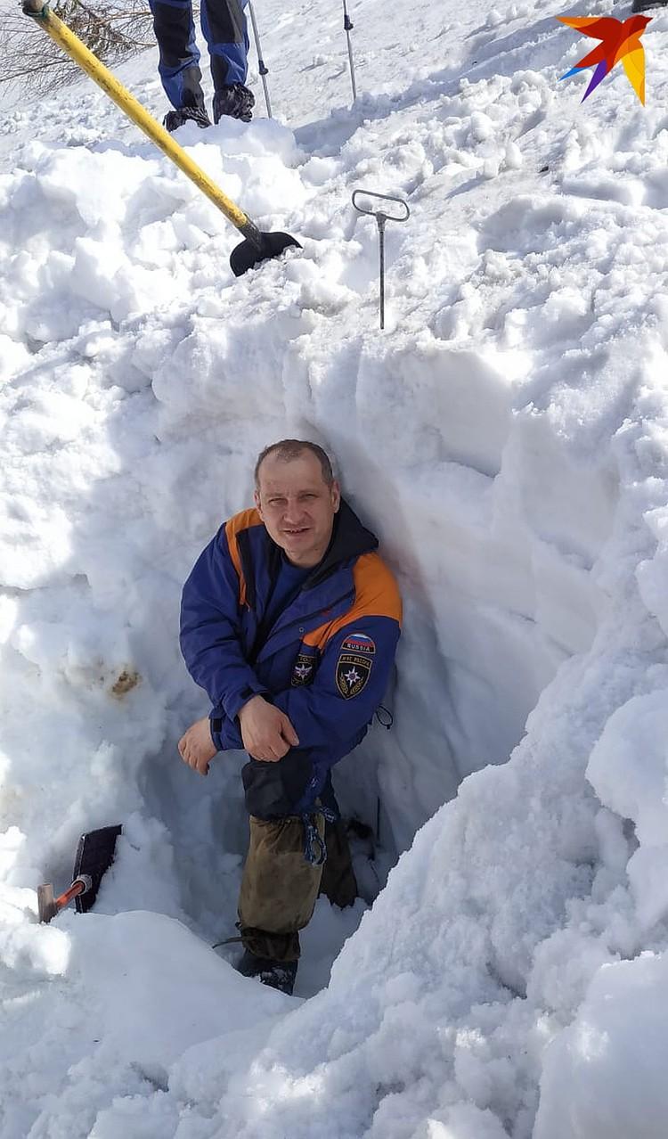 Спасатели выкопали такую яму, потому что щуп люфтил, они решили проверить эту зацепку, но внизу была всего лишь ветка