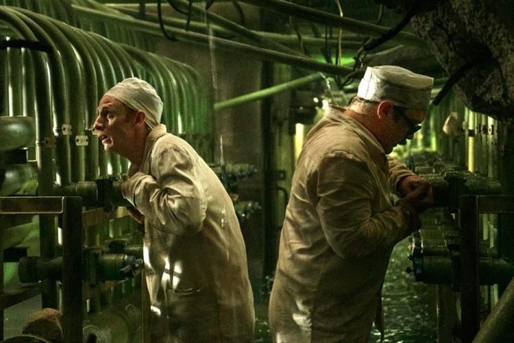 """Чтобы не допустить второго взрыва, в реактор четвертого энергоблока пытались подать воду. Сделать это сразу не получилось - в итоге за дело пришлось браться """"чернобыльским дайверам"""". Фото: кадр из сериала """"Чернобыль"""""""