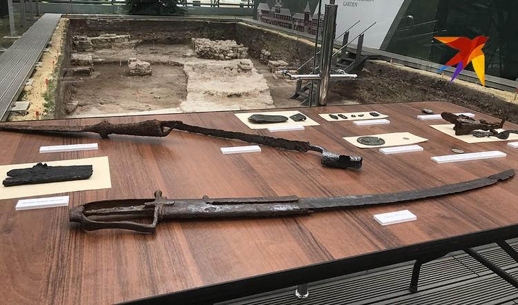 Двести лет назад кто-то из французов отступающей армии Наполеона, уходя из Москвы, зачем-то спрятал свою саблю в подвале каменных Приказных палат Кремля