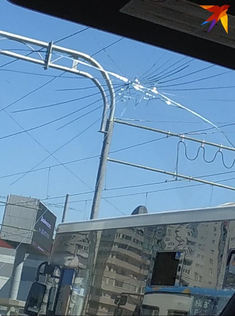 Старший брат разбил стекло в машине во время ссоры