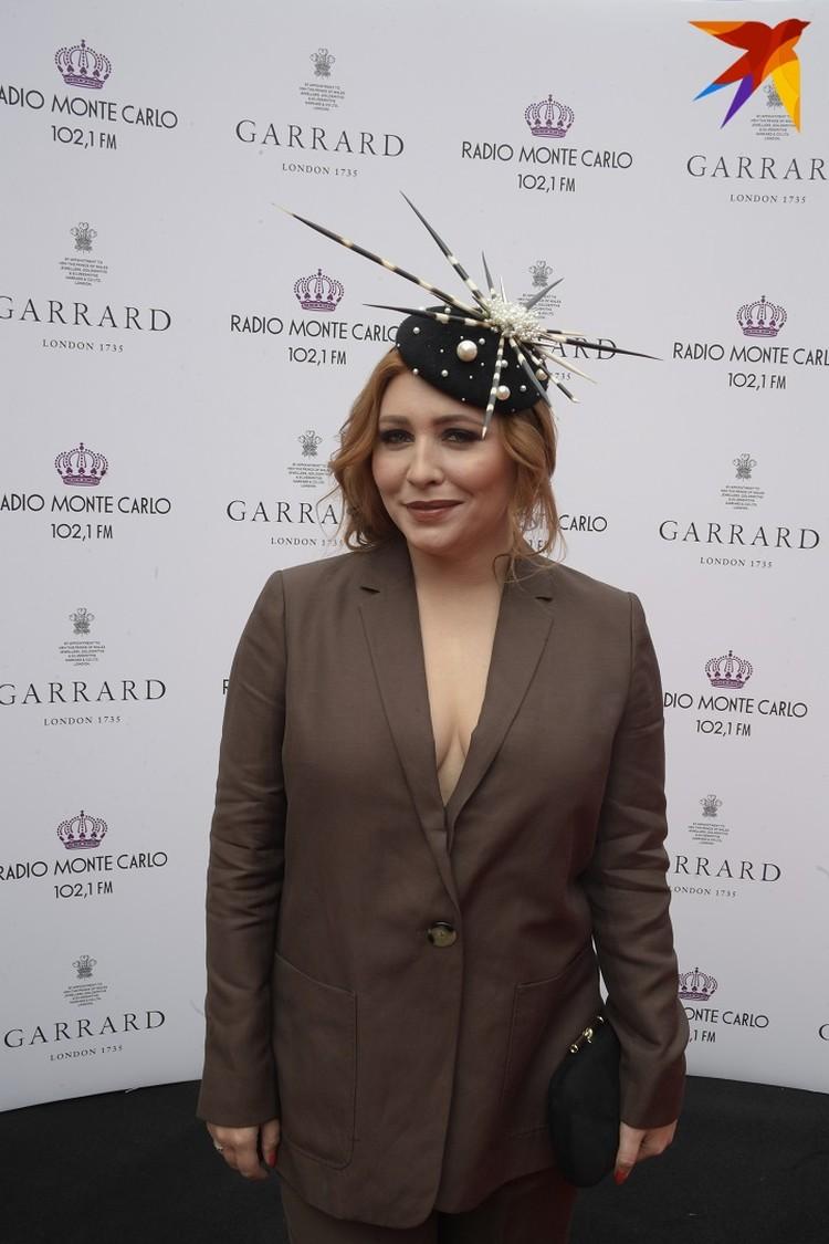 Певица Анастасия Спиридонова выбрала для выхода в свет брючный костюм