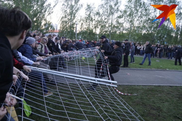 В первый же день протестующие уронили забор, огораживающий сквер.