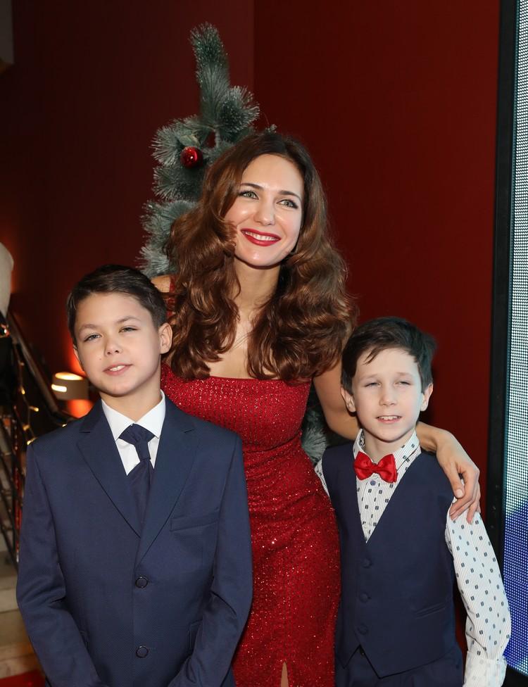 Екатерина с сыновьями - детьми Игоря Петренко.