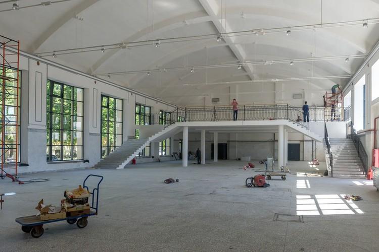 В крыле, где планируют разместить торговые ряды, сейчас продолжается реконструкция.