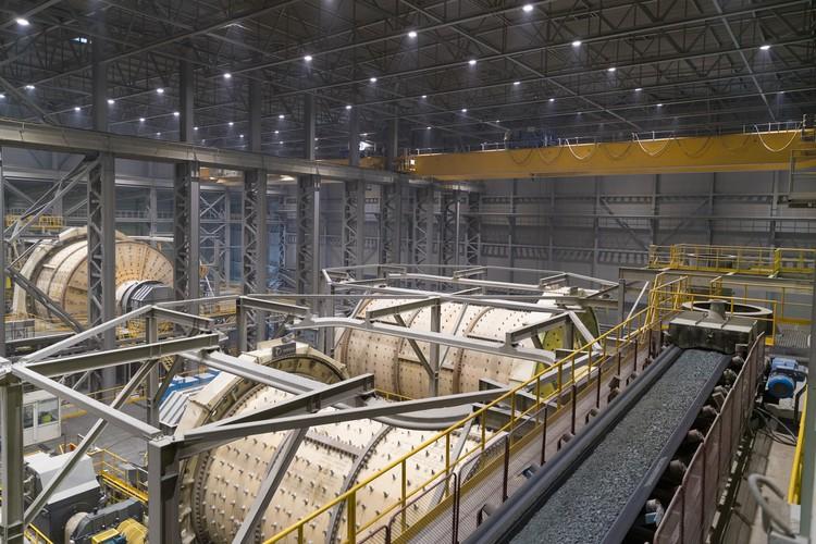 Переработка руды происходит в закрытых помещениях, что исключает воздействие на окружающую среду. Фото предоставлено пресс-службой РМК