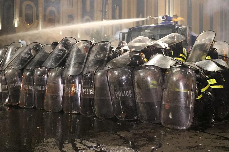 Полиция применила для разгона собравшихся водомёты.