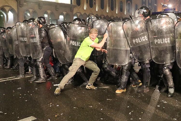 Безуспешная попытка прорвать полицейское оцепление.