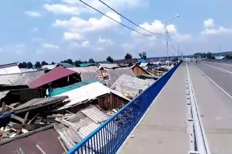 На утро у моста образовалась свалка из разрушенных домов.