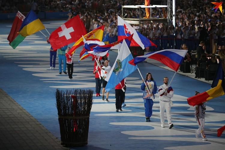 9. Церемония началась с парада флагов и спортсменов.