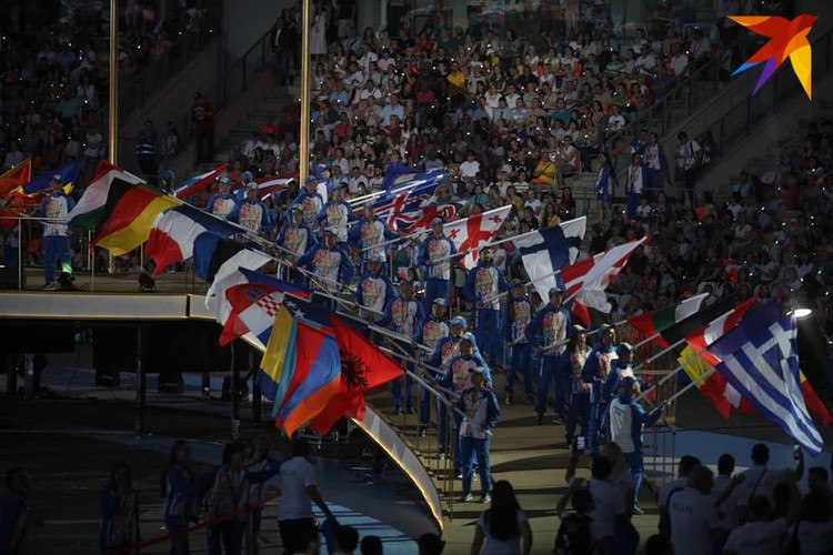 10. Во время парада спортсменов пели народные песни - «Лявоніху» и «Цячэ вада ў ярок».