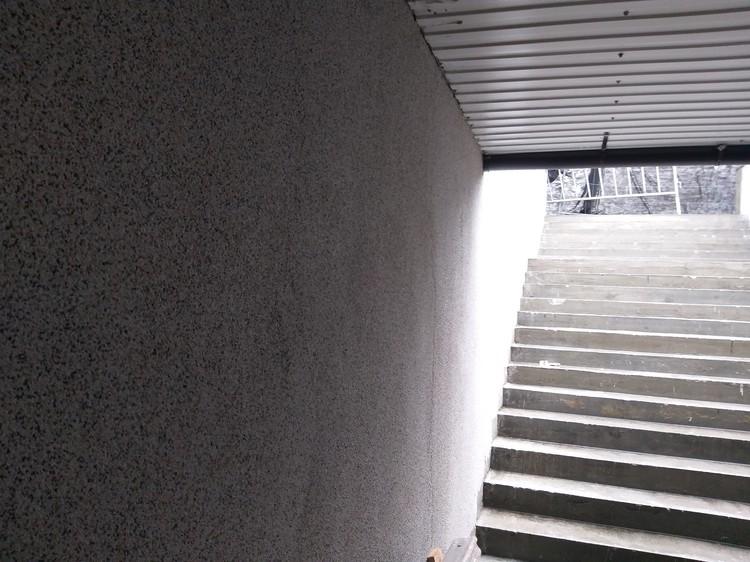 Стены рядом с лестницами в штукатурке смотрятся невзрачно. Это вам не мрамор.