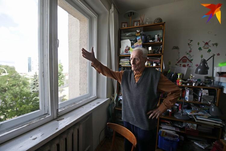 Окна в квартире пенсионера Сергея Головейко тоже пострадали.