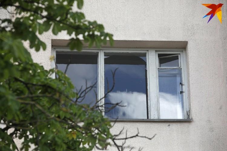 У жителей дома №4 по улице Червякова взрывная волна выбила окна.