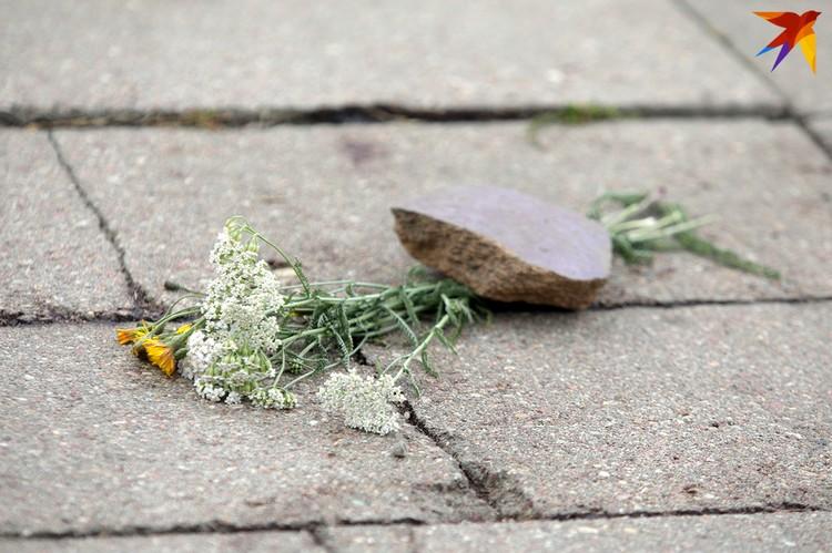 На место трагедии люди несут цветы.