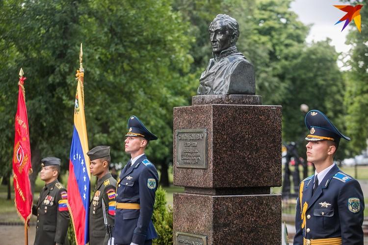 Возложение цветов в честь 208-й годовщины провозглашения независимости Венесуэлы.