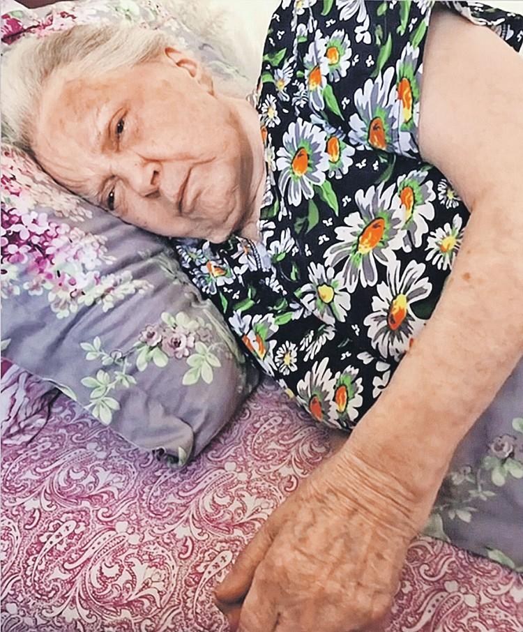 Это фото Быстрицкой с синяками на лице София Шегельман продемонстрировала в эфире ТВ как доказательство того, что сиделки плохо за ней следили. Фото: Первый канал