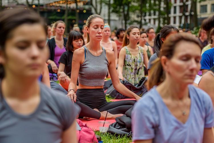 Медитация во время массового занятия йогой.