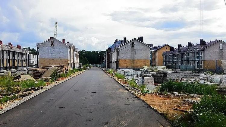 В микрорайоне Новое Сергеево должны были построить элитные таунхаусы, но вместо них там стоят недостроенные и уже прогнивающие дома. Фото: Влад Князев