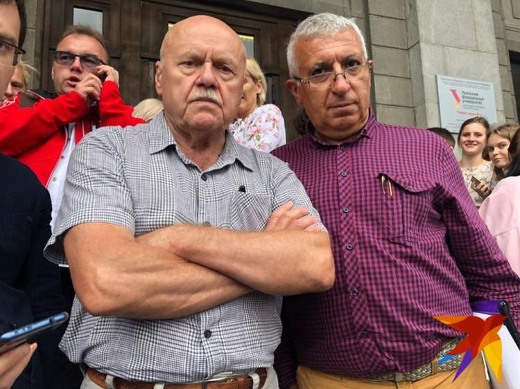 Декан факультета журналистики Борис Лозовский (слева).