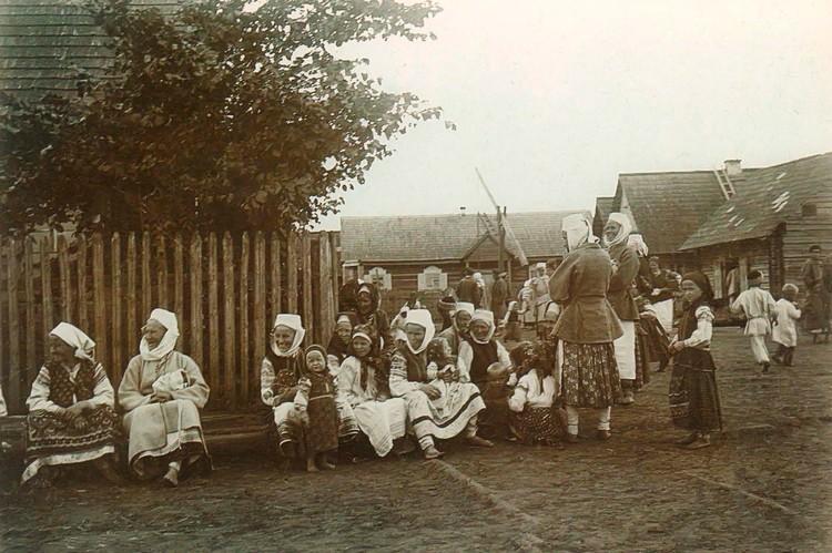 А так праздничный день выглядел в начале ХХ века на фото Исаака Сербова (деревня Дражин Бобруйского уезда).