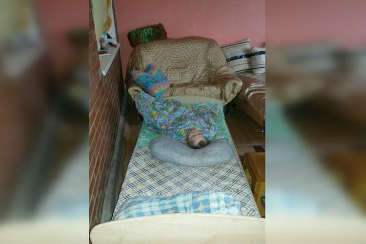 Постояльцы нелегального приюта все время лежали в кроватях, поэтому соседи не догадывались о том, что происходит за стенами дома. Фото: пресс-служба Минсоцразвития.