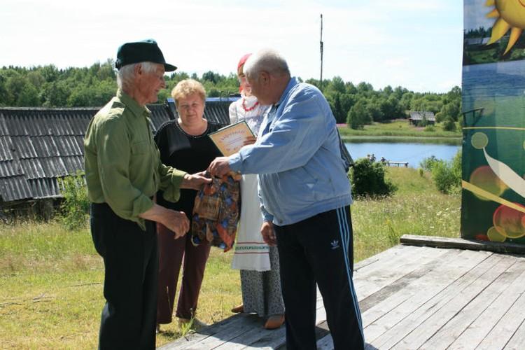 Старожилы Сидорово удостоились отдельного чествования, благодарностей и подарков.