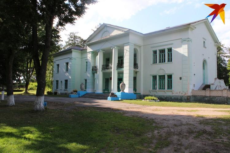 Дворец находится чуть поодаль от жилой и промышленной застройки. Фото: Сергей ЧИГРИН