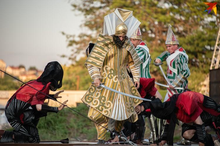 Все костюмы выполнены так, что актеры могут их легко снять и быстро надеть новые