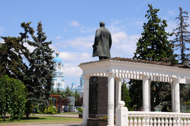 Ленин и Илия Пророк смотрят друг на друга и не спорят, кто оказался прав.