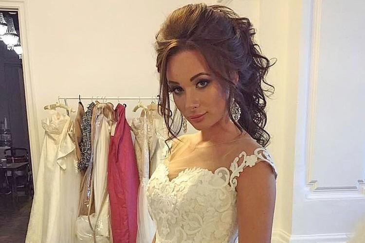 Интригуя своих подписчиков, Катя снялась в свадебной фотосессии.