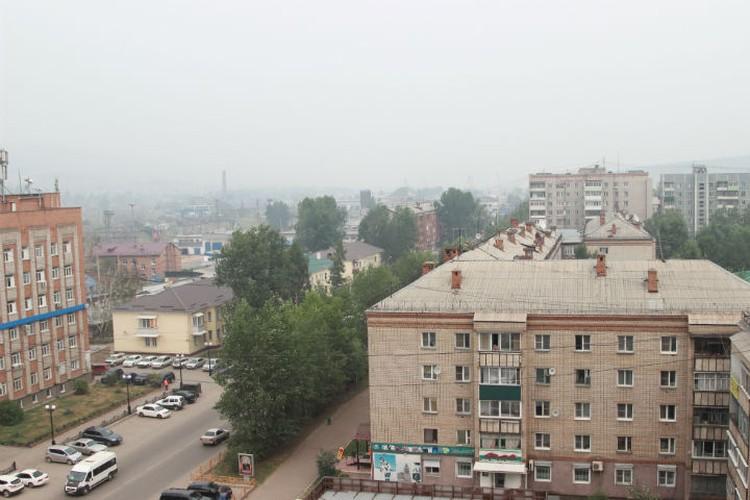 Густой смог от лесных пожаров окутал Усть-Кут, не видно ни солнца, ни гор. Фото: Анастасия Чепелева.