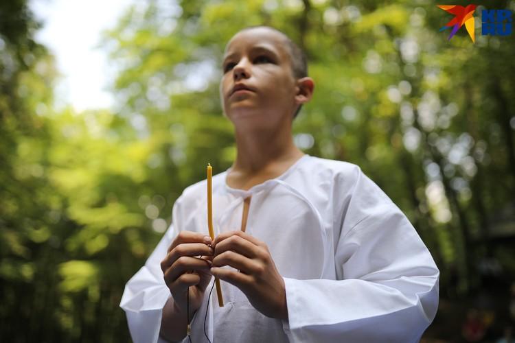 В руках верующие держали свечи