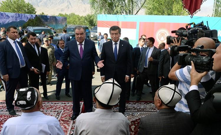 Прежде чем уйти на переговоры, президенты Кыргызстана и Таджикистана встретились с сельчанами.