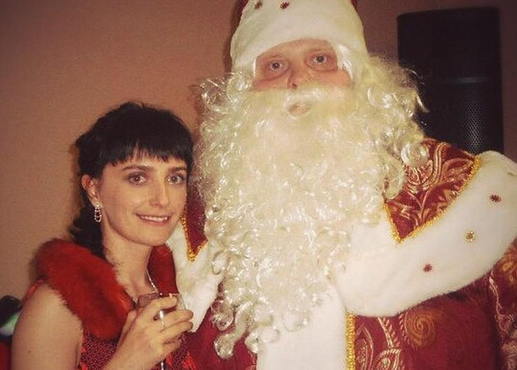Алексей в образе Деда Мороза со Снегурочкой Мариной. Фото из архива героя