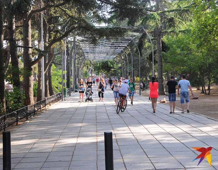Прогулочная аллея параллельно городской набережной ведет… нет, не в ад, а к торговым павильонам.