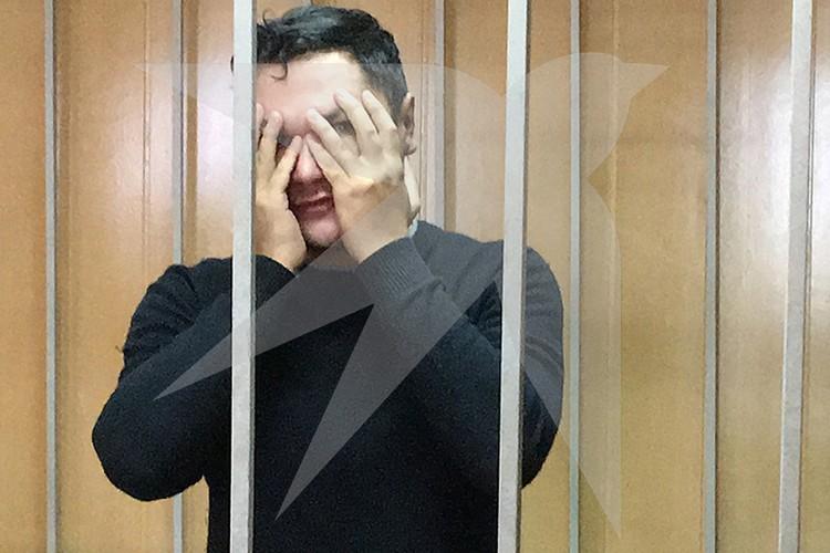 Максим Гареев в помещении суда прятал лицо от фотокамер.