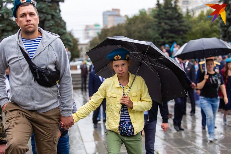 Дождь не помешал десантуре выйти на улицу с детьми.
