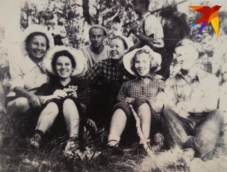 Слева направо: Люда Блинкова, Зина Колмогорова, Павел Тарзин, Нина Ощепкова, Лида Григорьева, Володя Шунин. Рядом стоит Николай Трегубов. Фото: предоставил Павел Тарзин