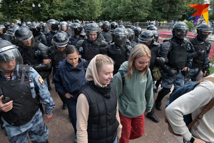 Если задержанные не оказывали сопротивления, их просто провожали в автозак.