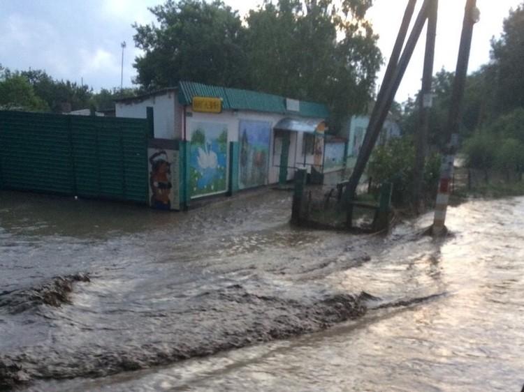 Вместо улицы появилась горная река. Фото:пресс-служба МЧС России по РК