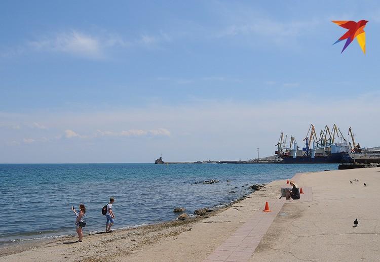 Феодосийский морской порт находится прямо в городе.