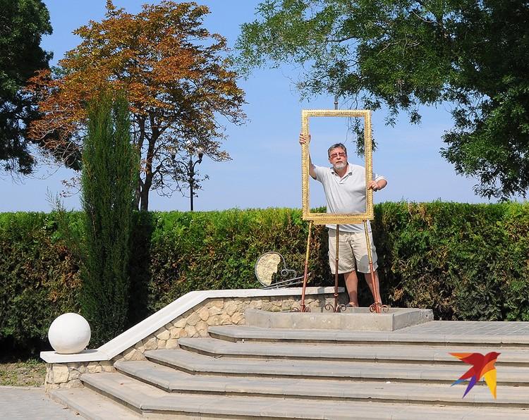 Эксплуатируя художественную тему, на набережной возле галереи Айвазовского выставили для фотографирования тантамареску в виде портретной рамы.