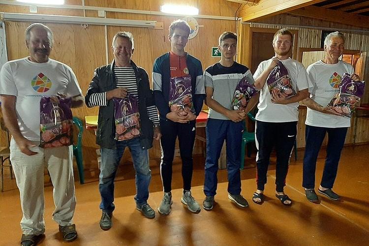"""Мужчины-волонтеры получили сытные подарки от """"Сибирской продовольственной компании""""."""