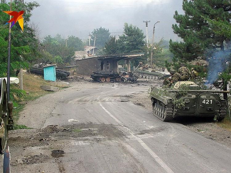 Первая колонна российских войск въезжающая в Цхинвал