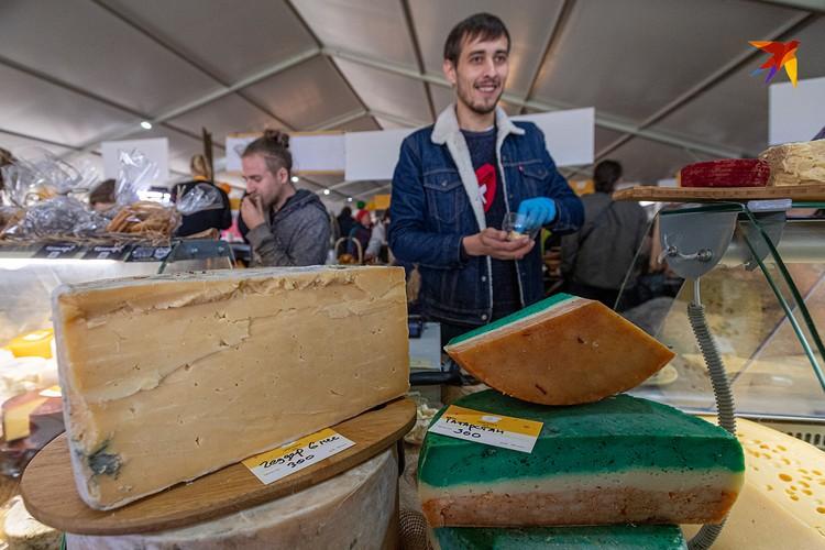 Казанские фермеры варят сыр цвета флага Татарстана: зелёный со вкусом мяты, красный - перец Чили. И сливочная основа