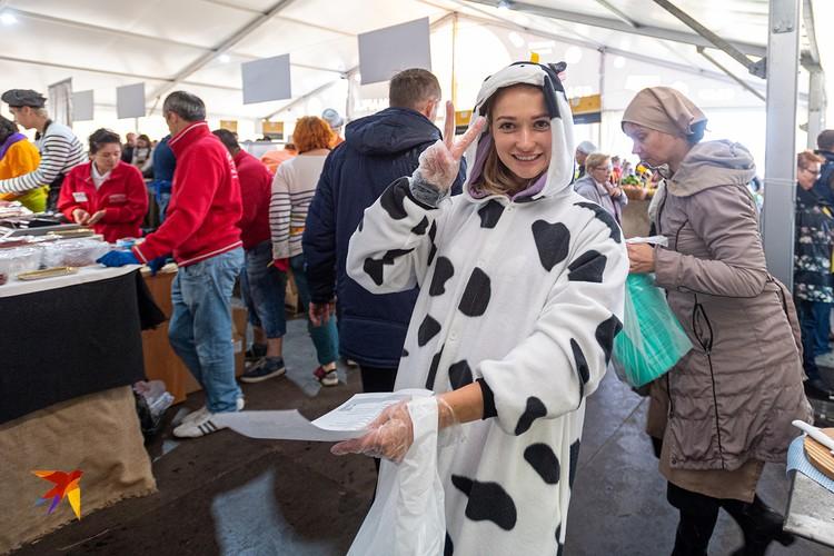 Девушка в костюме коровки не специально нанятая модель. Она тоже варит сыр и активно рекламирует продукцию